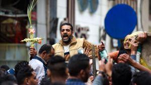 Arga, sörjande kopter i närheten av Markuskyrkan i Alexandria efter palmsöndagens bombdåd.