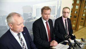Kalle Jokinen, Antti Kaikkonen och Simon Elo presenterade det nya förslaget till alkohollagen.