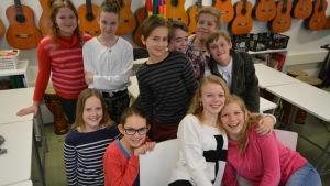 Barn i 12-års åldern samlas i en musikklass