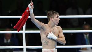 Upprörd boxare viftar högt med sin skjorta.