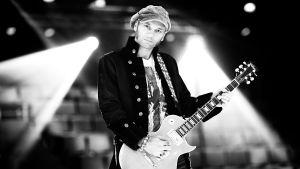 Dimitri Keiski med gitarr