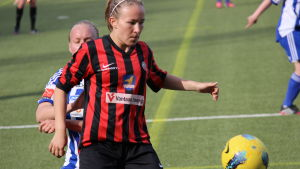 Heidi Kivelä skyddar bollen för PK-35 mot HJK.