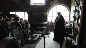 Marjut Ståhls i Virginia af Forselles skepnad guidar turister i Strömfors kyrka och bruk