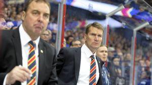 Tränarna Hannu Virta och Erkka Westerlund i Jokerits första KHL-match.