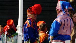 Samer klädda i samiska klädedräkter