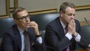 Statsminister Alexander Stubb och näringsminister Jan Vapaavuori i riksdagen