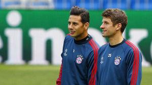 Claudio Pizarro och Thomas Müller representerar Bayern München i fotboll.