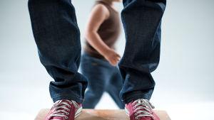 isän tennarit, lapsi juoksee takana