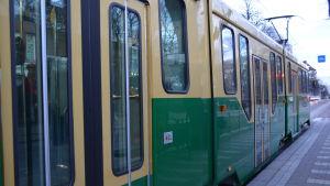Spårvagn på Mannerheimvägen vid Hesperiahållplatsen