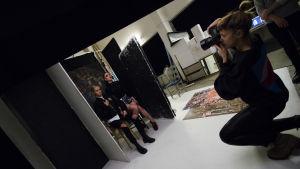 Silvana Imam och Beatrice Eli under en fotosession.