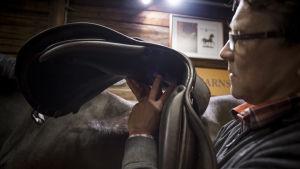 Satulalla on oltava riittävästi tilaa hengittää ja elää hevosen mukana.