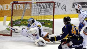 Janne Lahti gör mål mot Tappara.