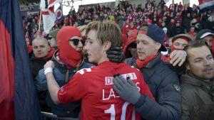Fredrik Lassas firar HIFK-poängen med lagets supportrar.