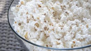 En skål med popcorn.