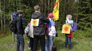 Kärnkraftsmotståndare från Sverige gör sig klara för att manifestera mot kärnkraften med plakat och flaggor