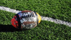 En amerikansk fotboll.