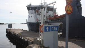 Förbindelsebåten Stella vid kaj i Kasnäs.