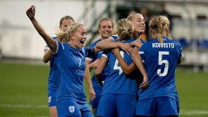 Damlandslaget firar segermålet mot Montenegro.