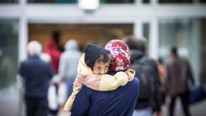 Asylsökande på tågstationen i Düsseldorf på väg norrut.