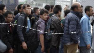 Asylsökande väntar på att bli registrerade på ön Lesbos i Grekland.