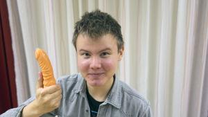 Teemu Väisänen esittelee kondomiajokorttia