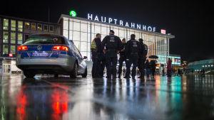 Polisen bevakar centralstationen i Köln.