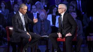 Barack Obama försvarar striktare vapenlagar i CNN 7.1.2016, programledaren Anderson Cooper också på bild