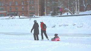 Ung familj på skridskobanan på norra Stadsfjärden i Vasa