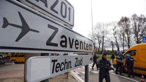 Skylt visar vägen till Bryssels flygplats Zaventem.