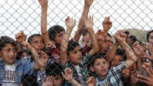 Syriska flyktingbarn bakom taggtrådsstängsel i turkiskt flyktingläger nära Gaziantep 23.4.2016