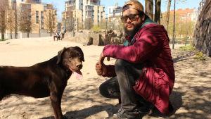 Jorge Padilla med sin hund Canela