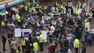 Resenärer väntar på att bli ombokade på Arlanda flygplats i Stockholm den 13 juni 2016 - tiotusentals passagerare påverkas av pilotstrejken.