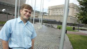 Kari Tolvanen med riksdagshuset i bakgrunden.