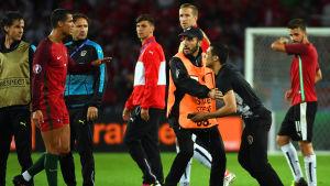 Cristiano Ronaldo tog några bilder med en supporter efter matchen mot Österrike.