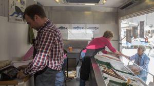 Anders Lindqvist och Gun-Britt Henriksson säljer fisk på torget i Ekenäs och Karis.