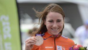 Annemiek van Vleuten var påväg mot seger men kraschade strax före mål.