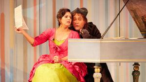 Rosina (Daniela Mack) ja Don Alonso/Kreivi Almaviva (Javier Camarena)