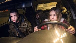 Ett gäng unga människor kör genom natten i stulen bil