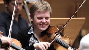 Pekka Kuusisto spelar violin.