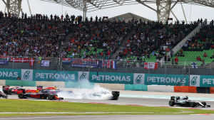 Lewis Hamilton undvek en kollision i Malaysias GP i formel 1.