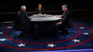 Republikanen Mike Pence (till vänster) och demokraten Tim Kaine med debattledaren Elaine Quijano i mitten under debatten på Longwood University i Farmville, Virginia. 4.10.2016