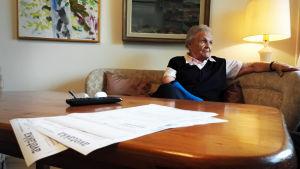 Ann-Lis Bäckström i vardagsrummet.