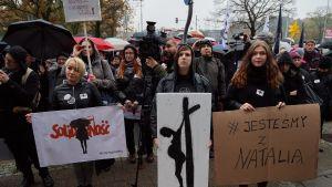 Svartklädda demonstranter i Gdansk deltog i den landsomfattande protesten mot nya, skärpta abortlagar