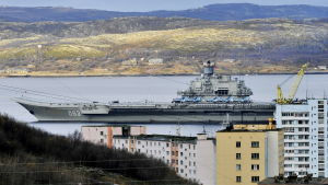 Det ryska hangarfartyget Admiral Kuznetsov vid dockan i Murmansk.