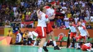 Danska spelare omfamnar varandra när de vinne OS-guld.