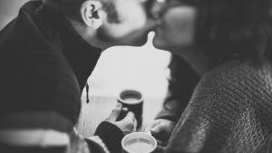 man och kvinna kysser varandra