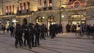 Ett tjugotal poliser har spärrat av Alexandersgatan i Helsingfors.