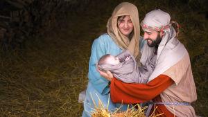 Joulu. Joulunvietto. Joulun viettäminen. Jeesuksen syntymä. Jouluseimi (seimi).  Neitsyt Maria, Jeesus-lapsi ja Joosef. Uskonnollinen joulu. Uskonto. , Kuvasarja:  Joulunvietto.