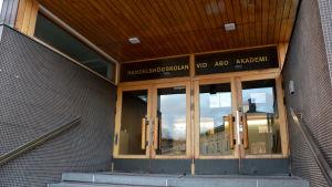 Ingång till Handelshögskolan vid Åbo Akademi.