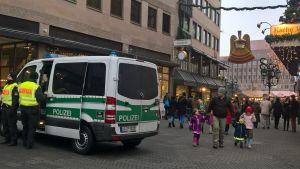 En polisbil vid julmarknaden i Nürnberg i Tysklan